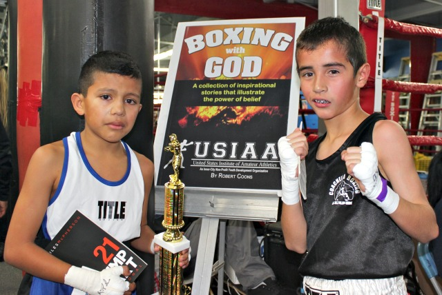In Bout #5 it was Dominic Vega (R) of Coachella Boxing gaining the semi-final victory over Antonio Zavala of Duarte Boxing. Photo: Jim Wyatt