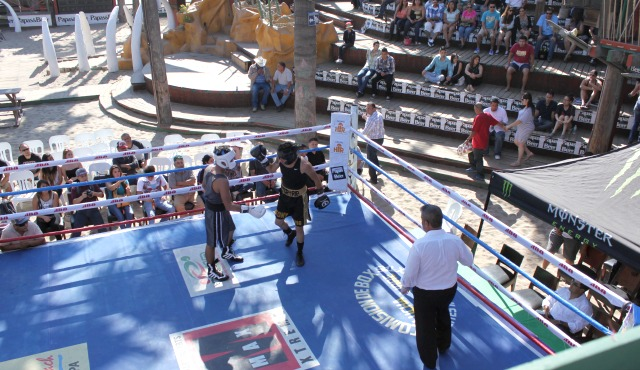 Four amateur bouts warmed up the crowd for the headliners.