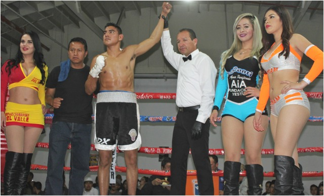 "After knocking out Luis Amador, it was referee Fernando Renteria (r) raising the arm of the victorious Alan ""Muñeco"" Zavala."
