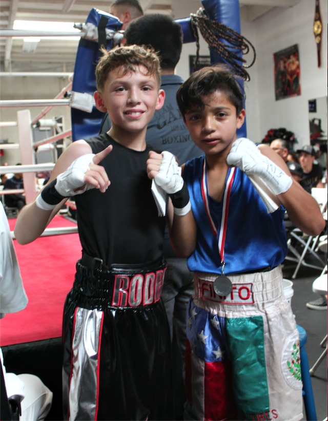 Rodrigo Mosquera (l) while the defeated Kevin Gudino